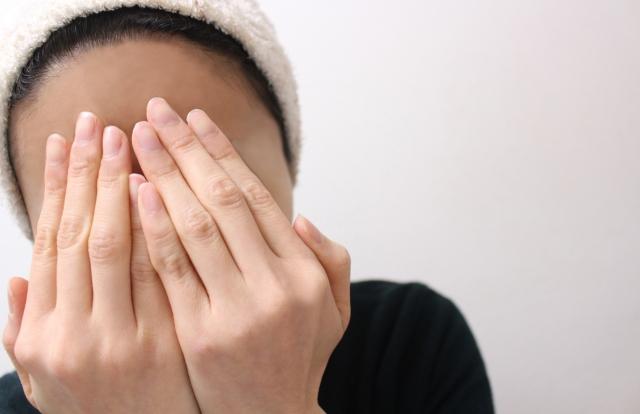女性 洗顔 顔を隠す