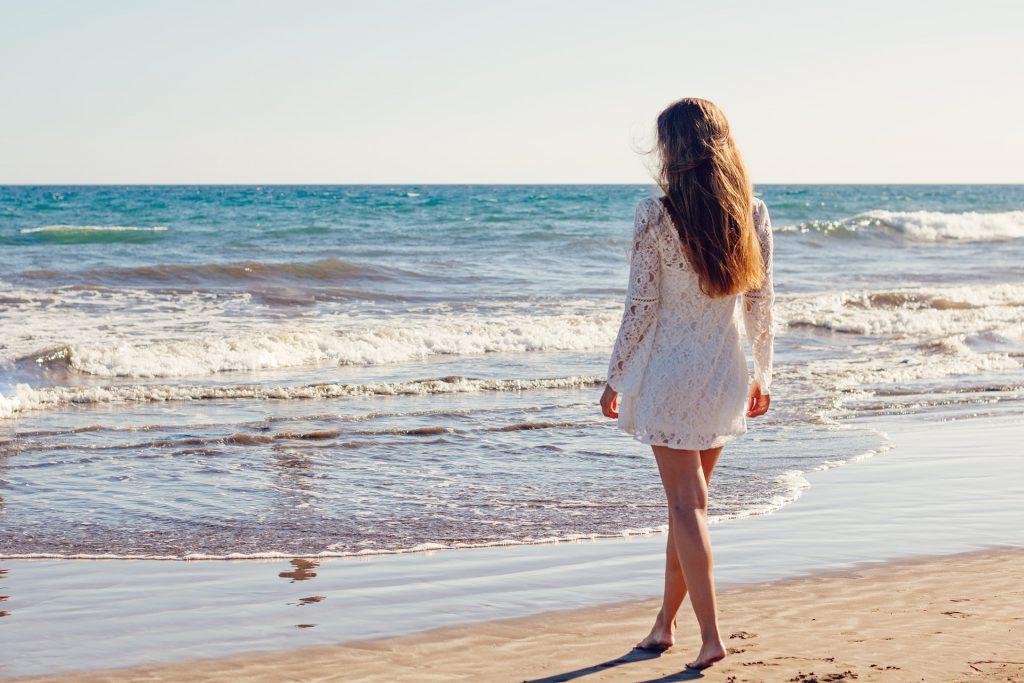 波打ち際に向かう女性