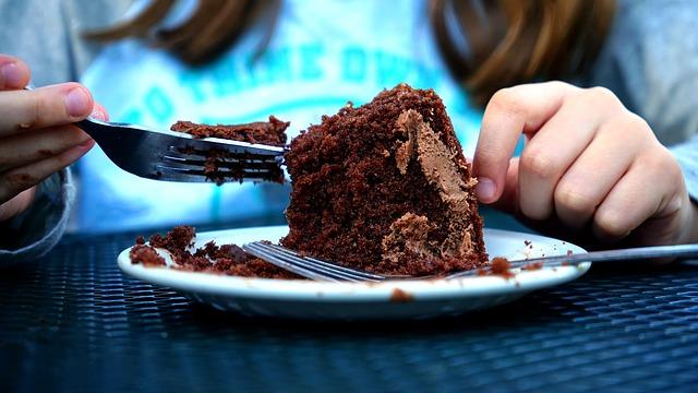 ケーキを食べる