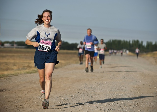 笑顔で走る女性