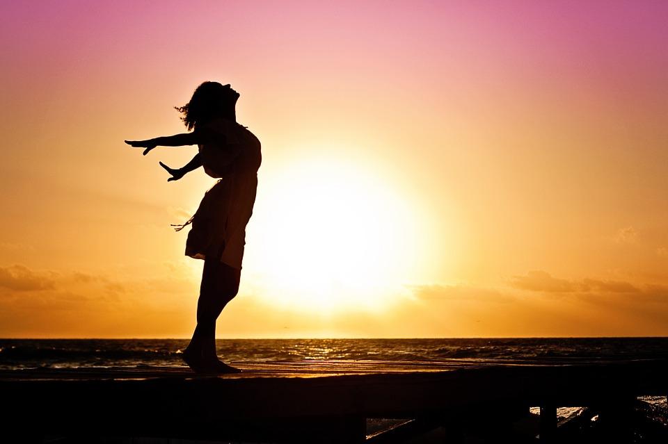 ビーチに立つ女性