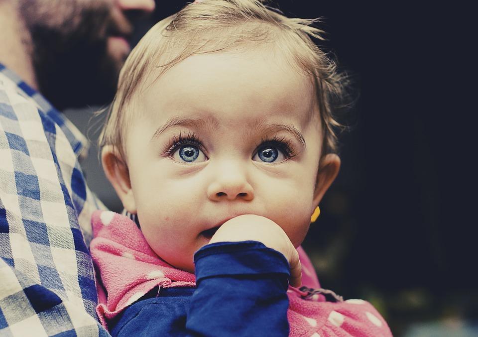 くりくり目の赤ちゃん