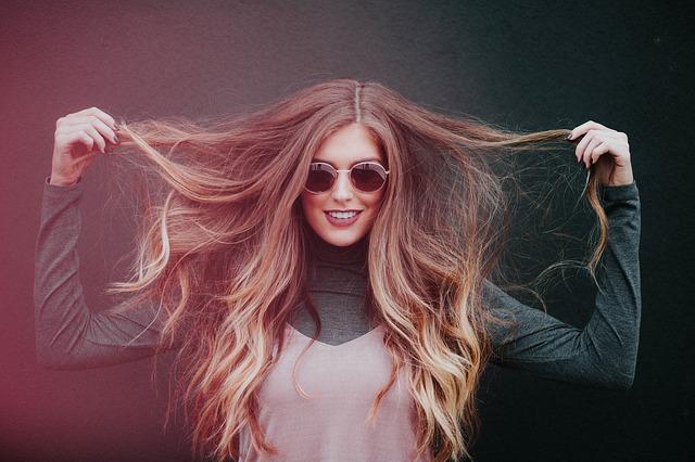 髪 掴んで 広げる 女性