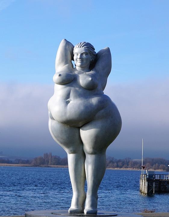 太った女性の像