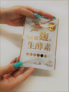雑穀麹の生酵素を持つ女の人の手