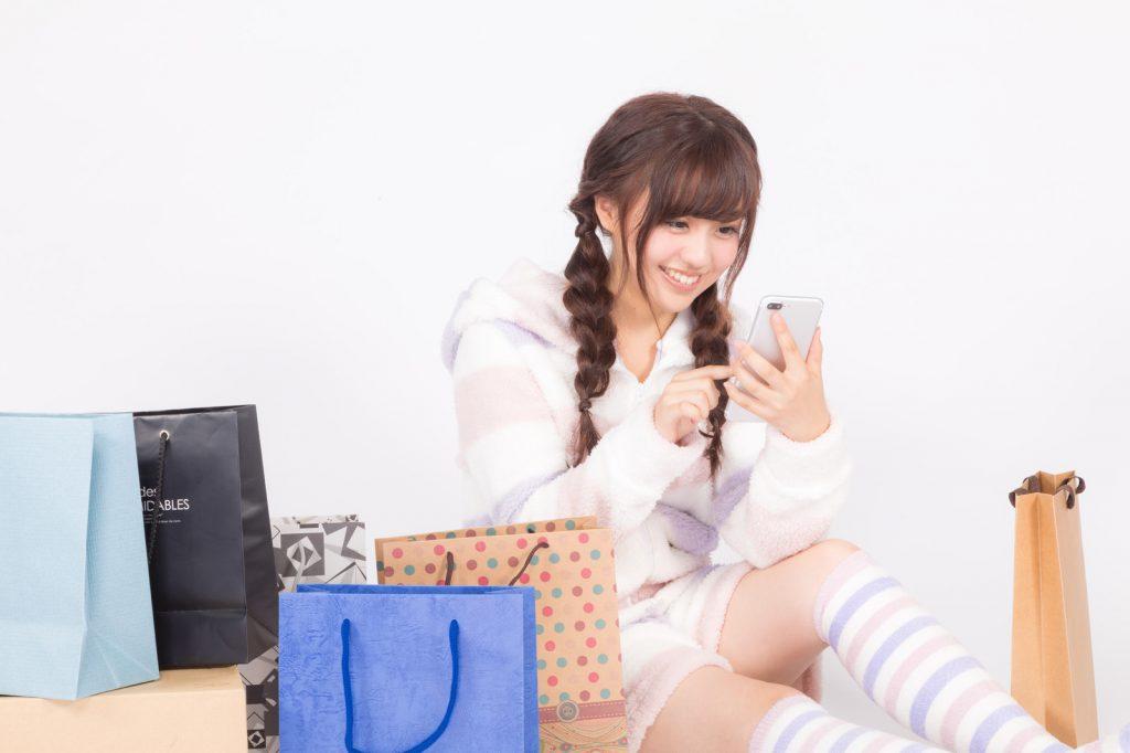 スマホでネットショッピングをする女性