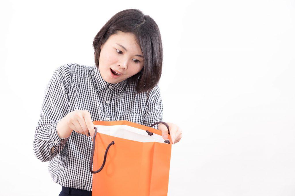 袋を開ける女性