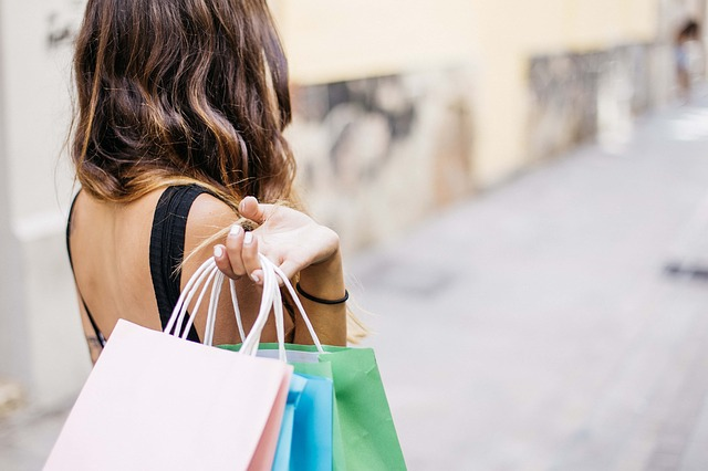 ショッピングをする女性